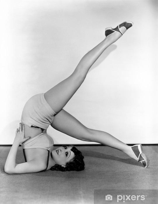 Vinyl Fotobehang Het tonen van haar flexibiliteit - Fitnesscentrum