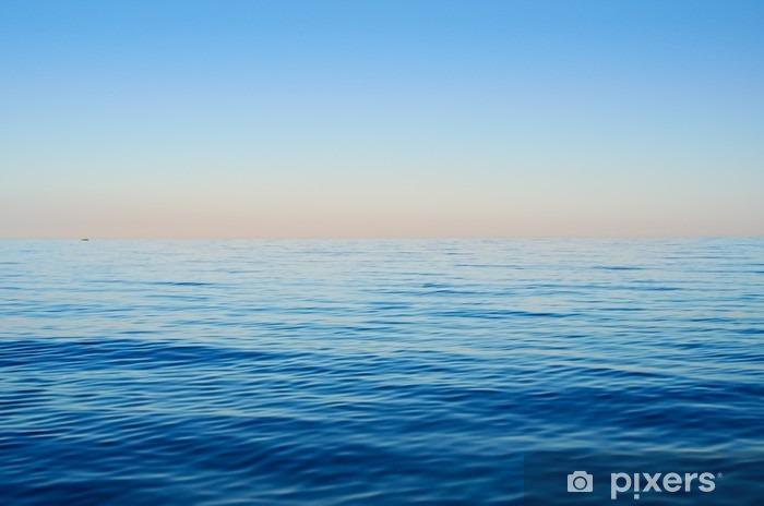 Vinilo Pixerstick Las olas del mar sobre un fondo de cielo azul - Paisajes