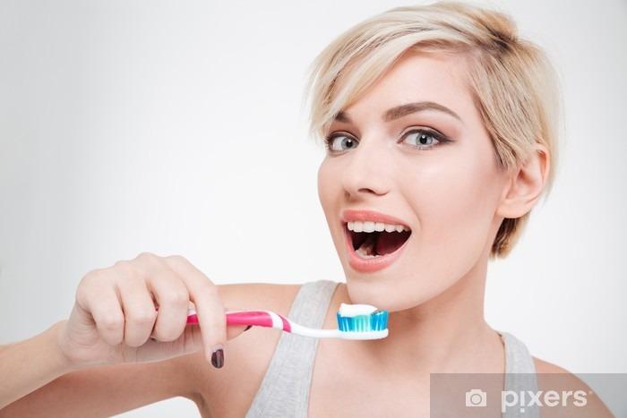 Onnellinen söpö nainen harjaamalla hampaat Vinyyli valokuvatapetti - Ihmiset