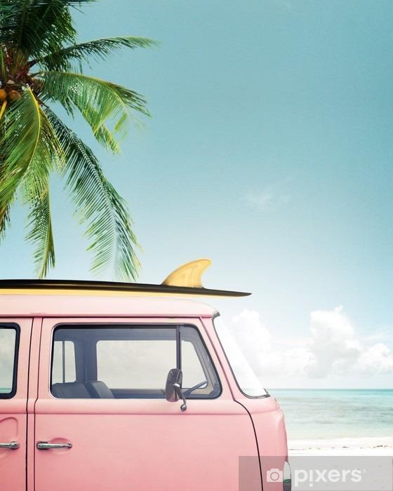 Carta da Parati in Vinile Auto d'epoca parcheggiata sulla spiaggia tropicale (mare), con una tavola da surf sul tetto - Hobby e Tempo Libero