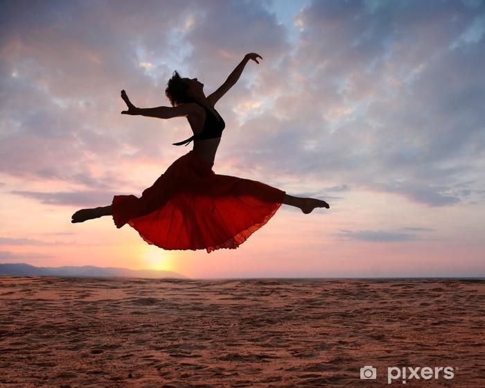 Naklejka Pixerstick Skoki kobieta o zachodzie słońca - Tematy