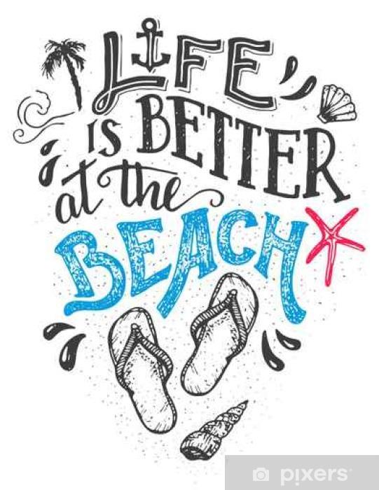 Fotomural La vida es mejor en la playa. Tarjeta de la cita a mano las  letras con un calzado con chanclas. Playa aislada señal de decoración para  el hogar en ... 28d54a812ef67
