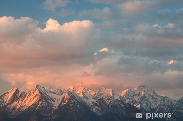 Zelfklevend Fotobehang Mooie wolken verlicht door de rijzende zon over hoge tatra bergen bedekt met sneeuw, Polen - Landschappen