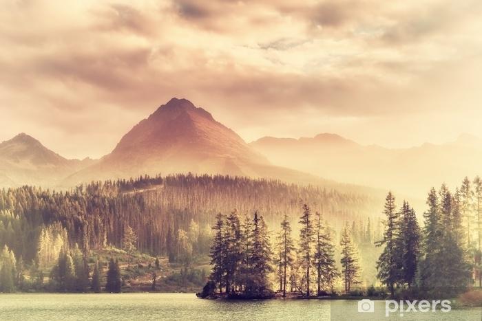 Vinyl Fotobehang Vintage zonsondergang over een meer in de bergen - Landschappen