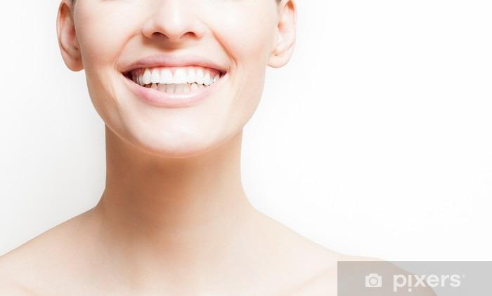 Fototapeta zmywalna Kobieta uśmiecha się, białe tło, copyspace - Styl życia
