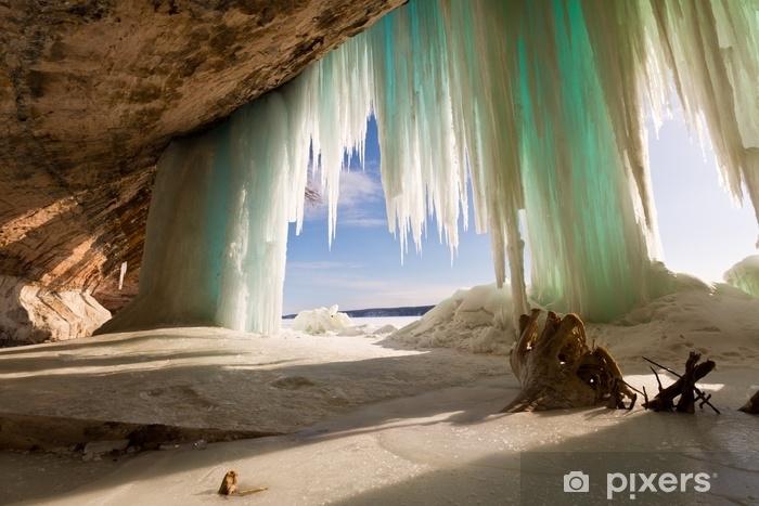 Afwasbaar Fotobehang Zeegrot achter ijsgordijnen bij groot eiland op meermeerieur dichtbij munising Michigan - Landschappen