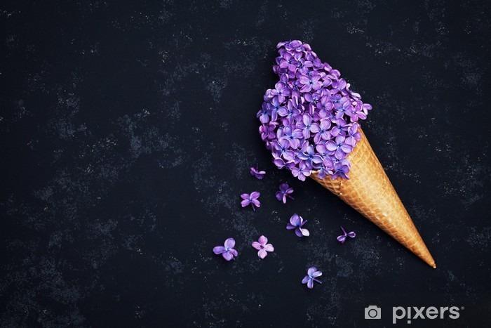 Fototapeta winylowa Lody z kwiatów bzu w wafel stożka na czarnym tle z góry, piękny kwiatowy układ, kolor, rocznik płaskim lay stylizacji - Rośliny i kwiaty