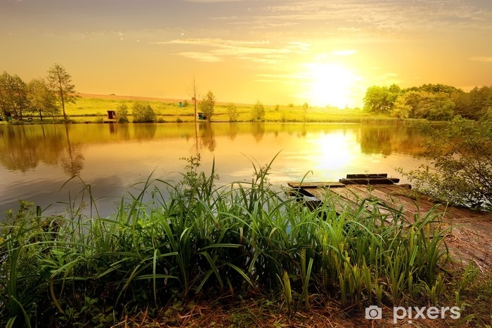 Vinilo Pixerstick Puesta de sol amarilla en estanque - Paisajes