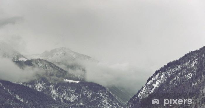 Vinyl Fotobehang Donkere wolken opdoemen over berg - Landschappen