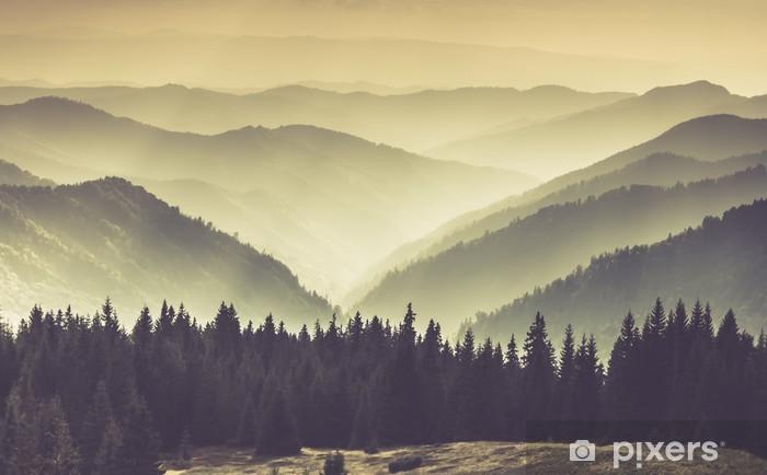 Fotomural Autoadhesivo Paisaje de colinas brumosas montañas. - Paisajes
