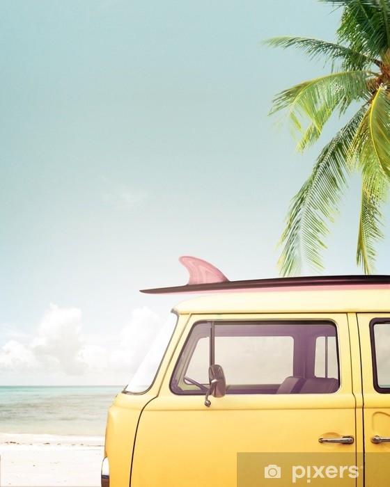 Sticker Pixerstick Voiture vintage garée sur la plage tropicale (bord de mer) avec une planche de surf sur le toit - Passe-temps et loisirs