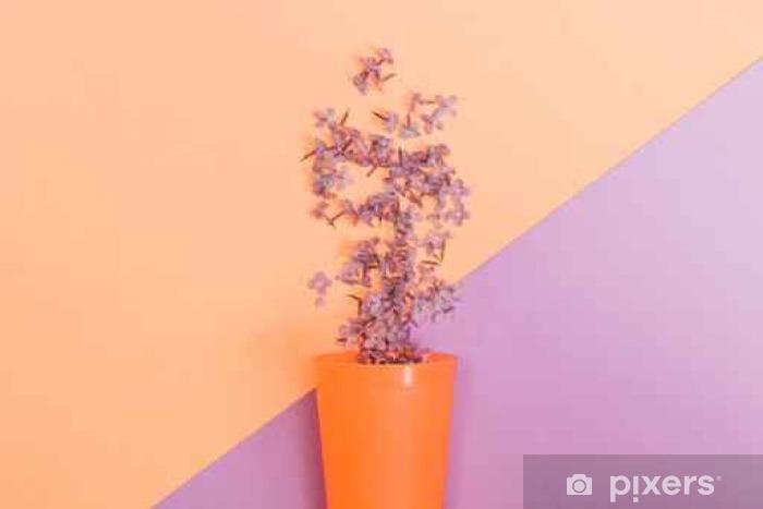 Fototapeta winylowa Płaskie zestaw świec: Kwiaty liliowe wylano z szklanki na pastelowe tło. Widok z góry. - Rośliny i kwiaty