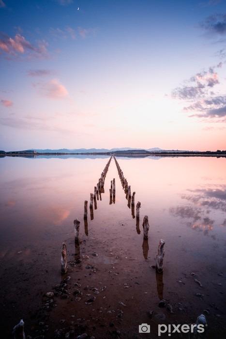 Fotomural Estándar Postes en perspectiva sobre el estanque, al atardecer en una calma perfecta día- la calma y el silencio concepto - Paisajes