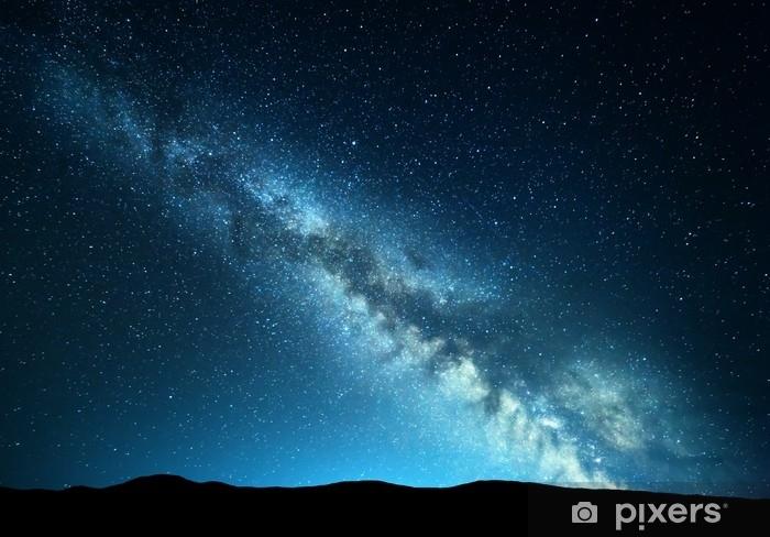 Fotomural Estándar Paisaje nocturno con increíble vía láctea en las montañas. noche azul cielo estrellado con colinas en el verano. hermosa galaxia universo. fondo del espacio - Paisajes