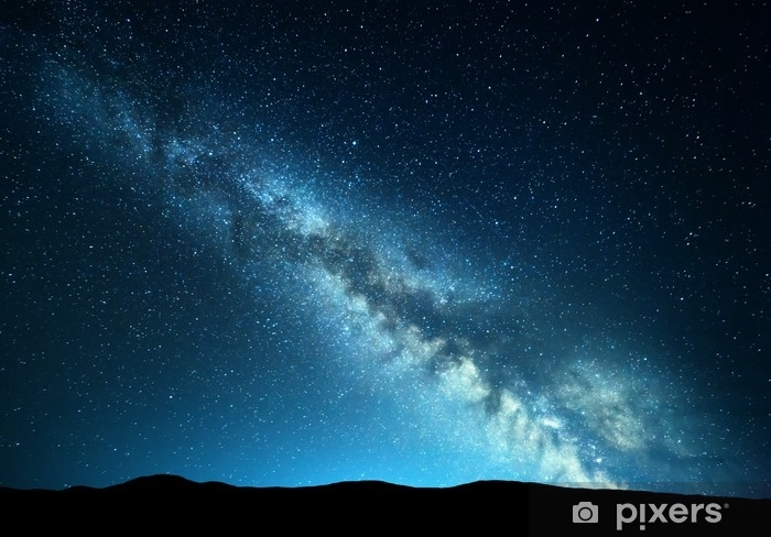 Vinilo Pixerstick Paisaje nocturno con increíble vía láctea en las montañas. noche azul cielo estrellado con colinas en el verano. hermosa galaxia universo. fondo del espacio - Paisajes