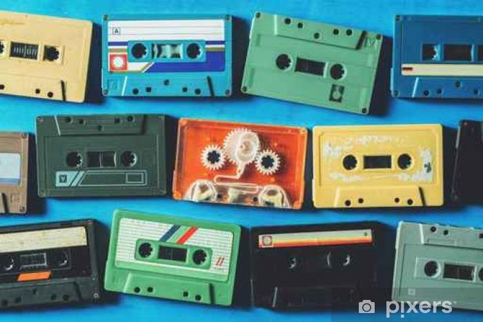 Vanhat kasettinauhat sinisellä puupöydällä, ylhäältä katsottuna Pixerstick tarra - Harrastukset Ja Vapaa-Aika