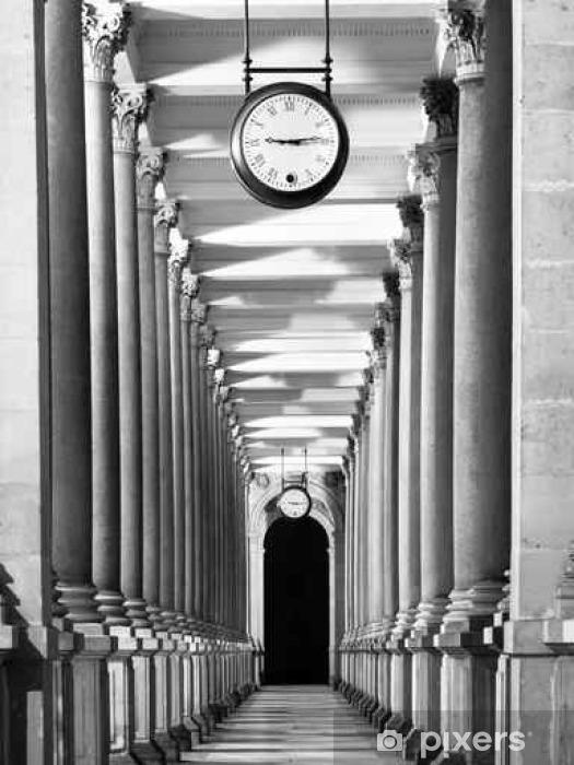 Carta da parati lungo corridoio colonnafe con colonne e for Carta da parati per soffitto