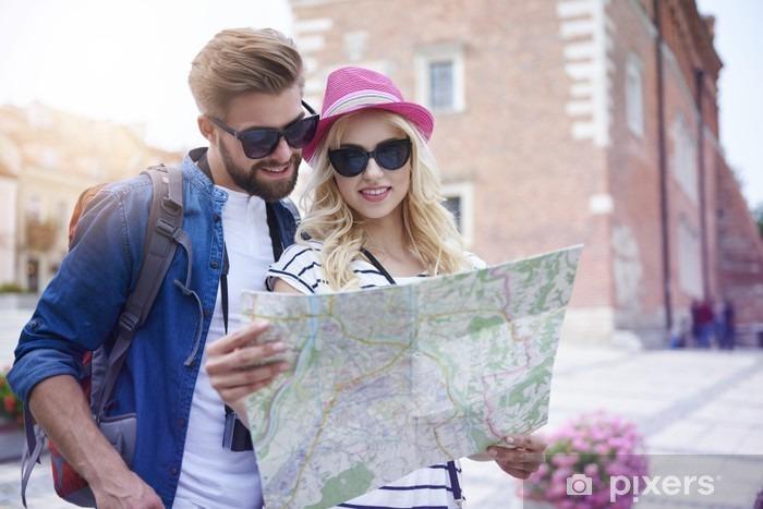 Fototapeta winylowa Para szuka na mapie - Hobby i rozrywka