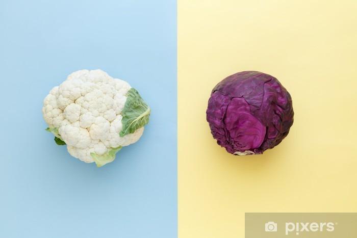 Pixerstick Sticker Bloemkool en rode kool op een felle kleur achtergrond. Seizoensgebonden groenten minimalistische stijl. Eten in minimalistische stijl. - Eten