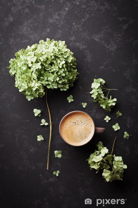 Sticker Pixerstick Composition avec tasse de café et de fleurs séchées hortensia sur noir table vintage d'en haut, à plat - Boissons