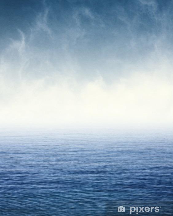 Vinilo Pixerstick Niebla en el océano azul. La niebla y las nubes flotando sobre el océano Pacífico. Imagen muestra un papel de grano y textura agradable al 100%. - Paisajes