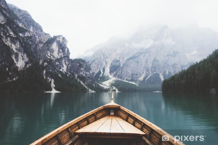 Vinilo Pixerstick Barco de madera en el lago Braies - Relajación