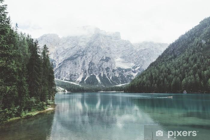 Fototapeta winylowa Jezioro Braies z zielonym wody i gór z trees__ - Relaks