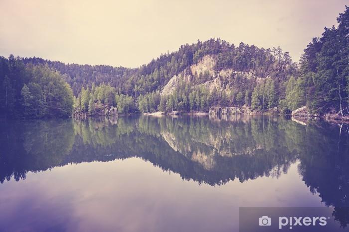 Fototapeta winylowa Vintage stonowanych spokojny górskie jezioro z odbicia w spokojnej wodzie. - Krajobrazy