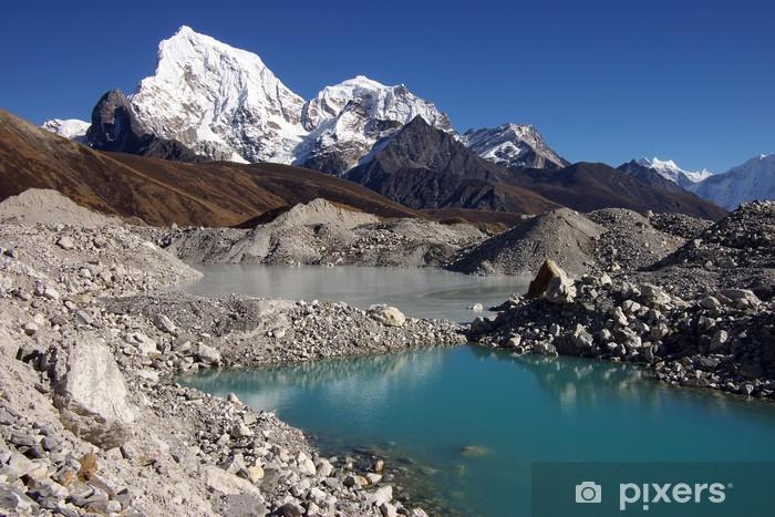 Fototapeta winylowa Malownicze krajobrazy Nepalu z jeziorem i Arakam Tse 6423m - Tematy