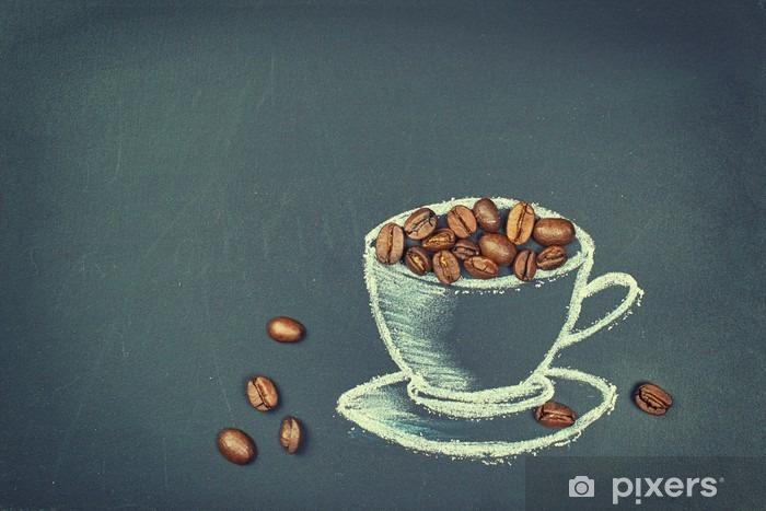 Fototapeta winylowa Kaffeebohnen in einer Tasse aus Kreide auf Tafel - Napoje
