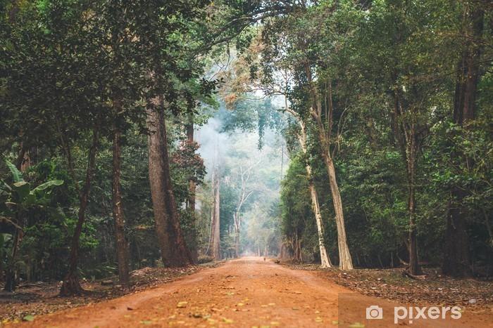 Fototapeta winylowa Dirt drogowego poprzez rozciąganie kambodżańskiej dżungli. - Krajobrazy