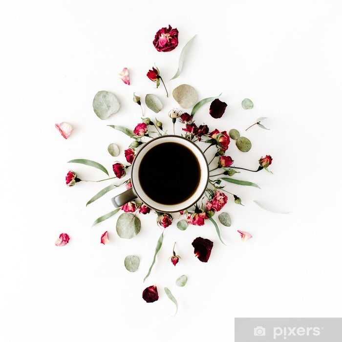 Fototapeta winylowa Czarny kubek kawy i czerwone pąki róży bukiet z eukaliptusa na białym tle. mieszkania Lay, widok z góry - Zasoby graficzne