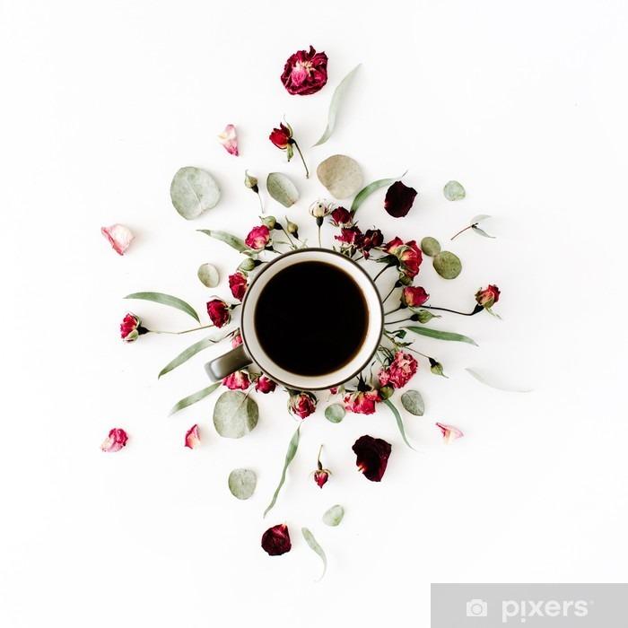 Pixerstick Sticker Zwarte koffie mok en rode roos knoppen boeket met eucalyptus op een witte achtergrond. plat, bovenaanzicht - Grafische Bronnen