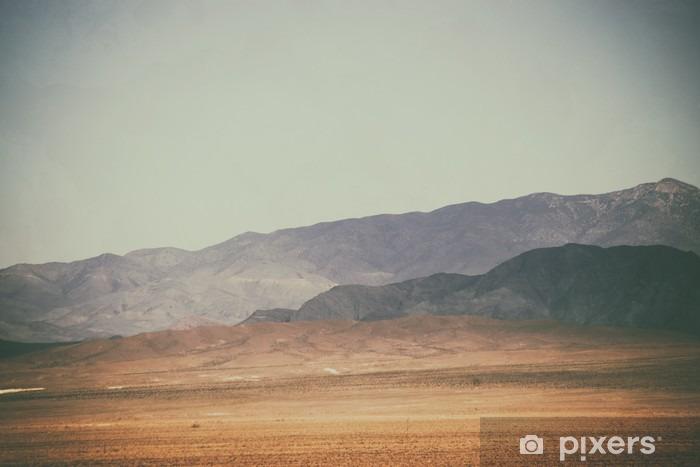 Zelfklevend Fotobehang Bergspitzen und Bergketten in de woestijn / Spitze Gipfel und Bergketten Rauer dunkler sowie hellerer Berge in der Mojave woestijn in der Nähe der Death Valley Kreuzung. - Landschappen
