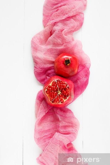 Fototapeta winylowa Widok z góry dojrzałego granatu na różowym tkaniny. Moda w stylu minimal Żywności. tylko granatu - Jedzenie