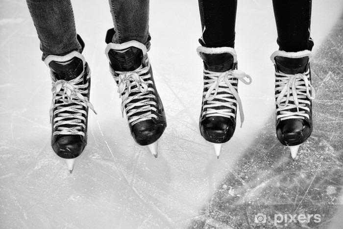 Zelfklevend Fotobehang Twee paar benen in ijshockey schaatsen in zwart-wit - Sport