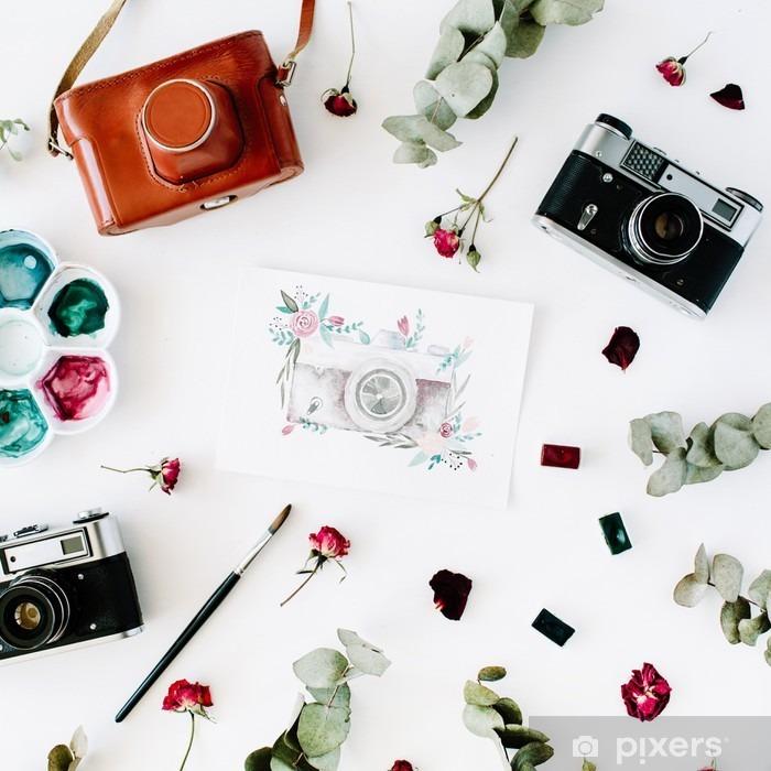 Plakat Płaski świecki. Obszar roboczy Artysta z rocznika retro aparat fotograficzny i kamerę, malowane akwarelą czerwonych róż i eukaliptusa. Top widoku Układ - Hobby i rozrywka