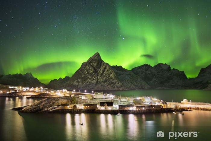 Fotomural Estándar Aurora boreal sobre un pueblo en lofoten en Noruega - Paisajes