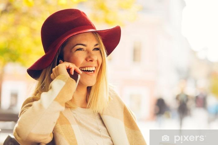 Carta da Parati in Vinile Bella giovane donna parlando sul telefono cellulare - Emozioni e Stati d'animo