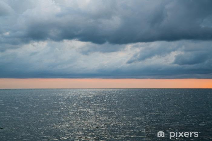 Fototapeta winylowa Zachmurzenie burzliwe dramatyczne niebo nad morzem - Krajobrazy
