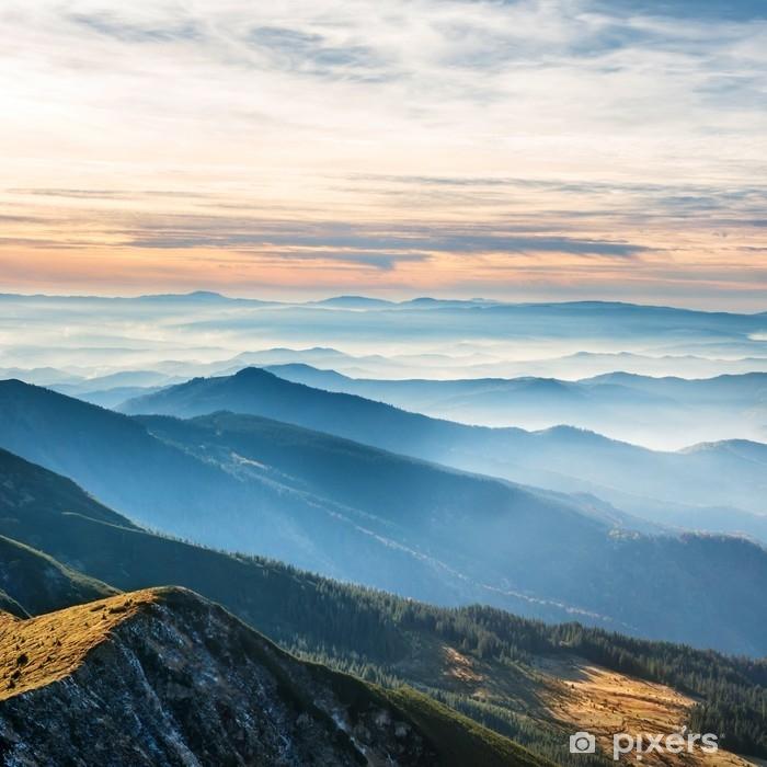 Afwasbaar Fotobehang Blauwe bergen en heuvels over zonsondergang - Landschappen