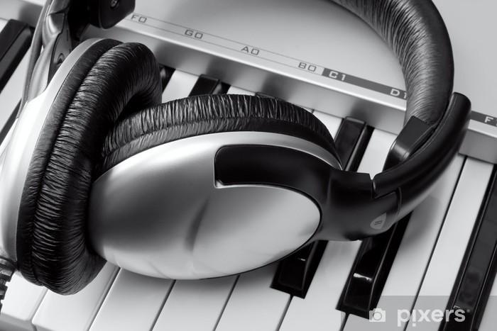Papier peint vinyle Casque sur le clavier de synthétiseur - Divertissements