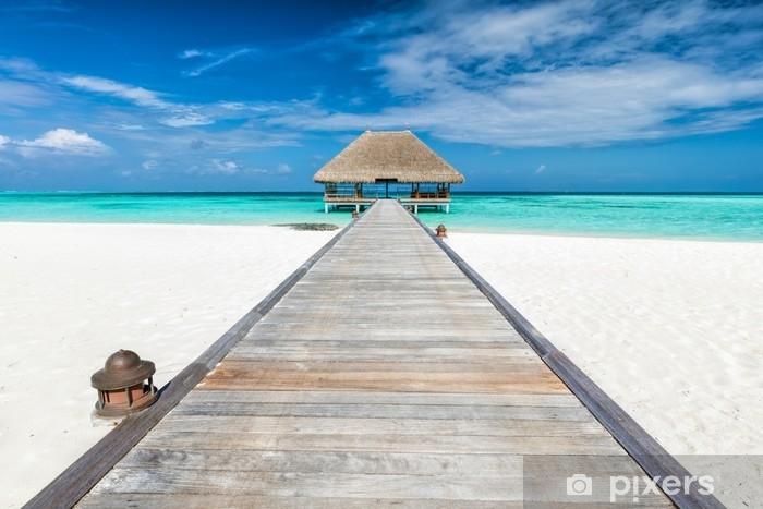 Fotomural Lavable Embarcadero de madera que conduce a la cabaña de relajación. islas maldivas - Paisajes