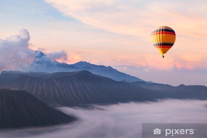 Zelfklevend Fotobehang Mooi inspirerend landschap met hete luchtballon die in de hemel, reisbestemming vliegt - Landschappen