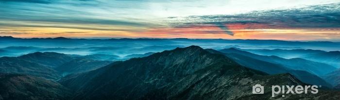 Fototapeta samoprzylepna Panorama z niebieskimi górami i wzgórza o zachodzie słońca - Krajobrazy