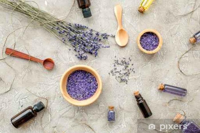 Vinyl Fotobehang Essentiële olie en lavendel zout met bloemen bovenaanzicht - Levensstijl