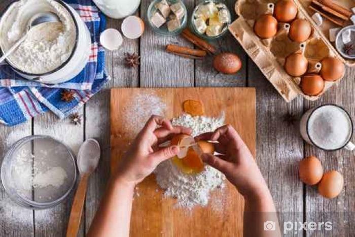 Naklejka Pixerstick Dokonywanie ciasto widok z góry na tamtejsze tle drewna - Jedzenie
