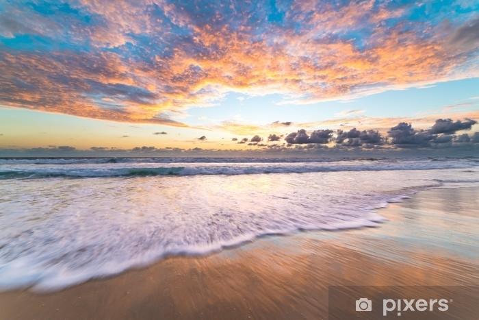 Papier peint vinyle Le lever de soleil pittoresque à la plage - Paysages