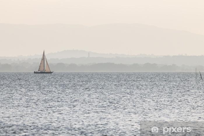 Pixerstick-klistremerke En liten seilbåt på en innsjø, med fjerne bakker i bakgrunnen, og veldig myke farger, for det meste hvite og lyseblå - Livsstil