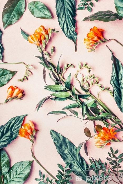 Afwasbaar Fotobehang Creatieve plat leggen gemaakt van tropische bloemen en bladeren op pastel roze achtergrond, bovenaanzicht - Bloemen en Planten